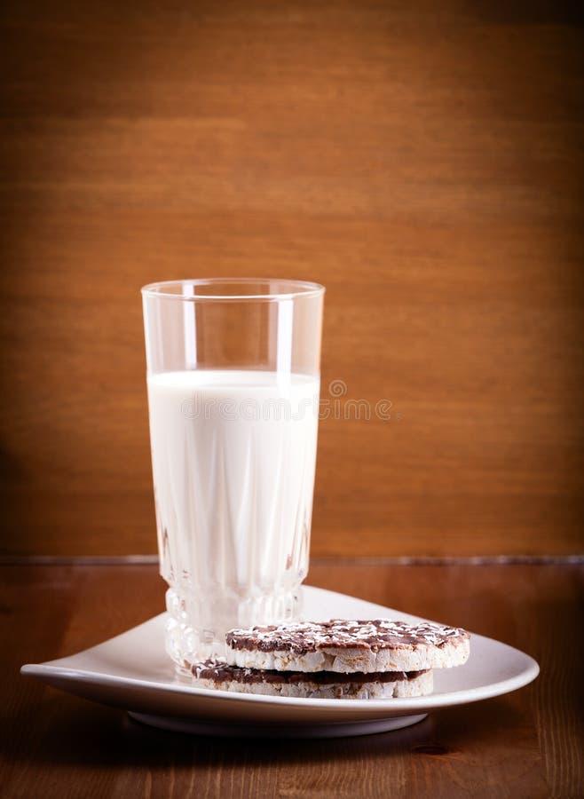 喘气的米曲奇饼和牛奶 免版税库存图片