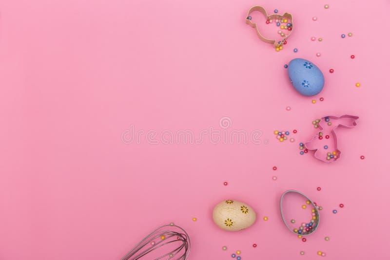 喜庆的粉色背景,包括复活节彩蛋、烘焙菜和色彩缤纷的糖果,洒有复制空间 免版税库存照片