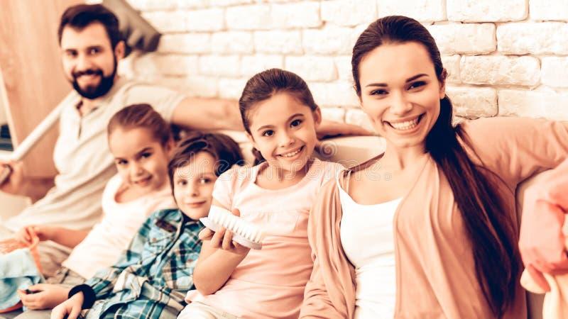 喜悦的家庭画象在清洗家以后 免版税库存图片