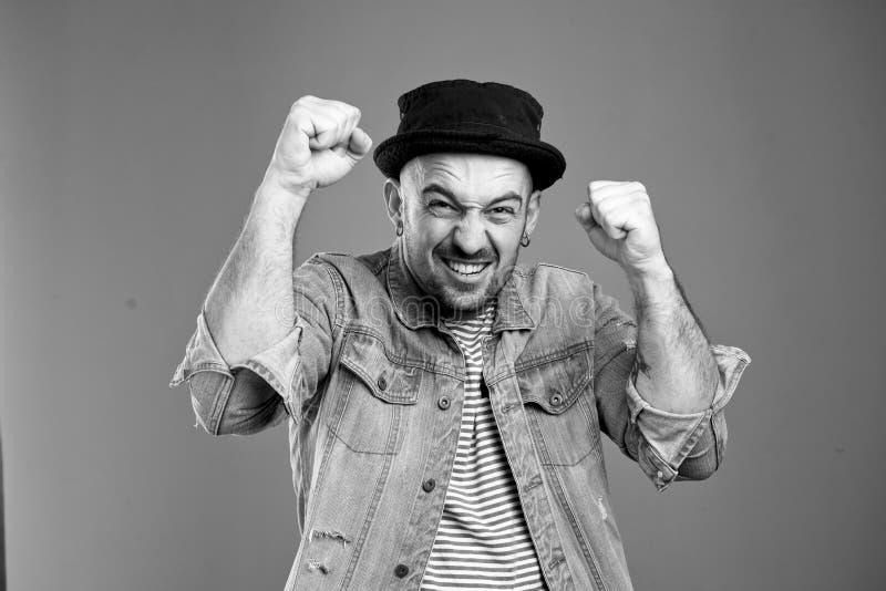 喜悦的帅哥画象有他的被举的拳头的  免版税库存图片
