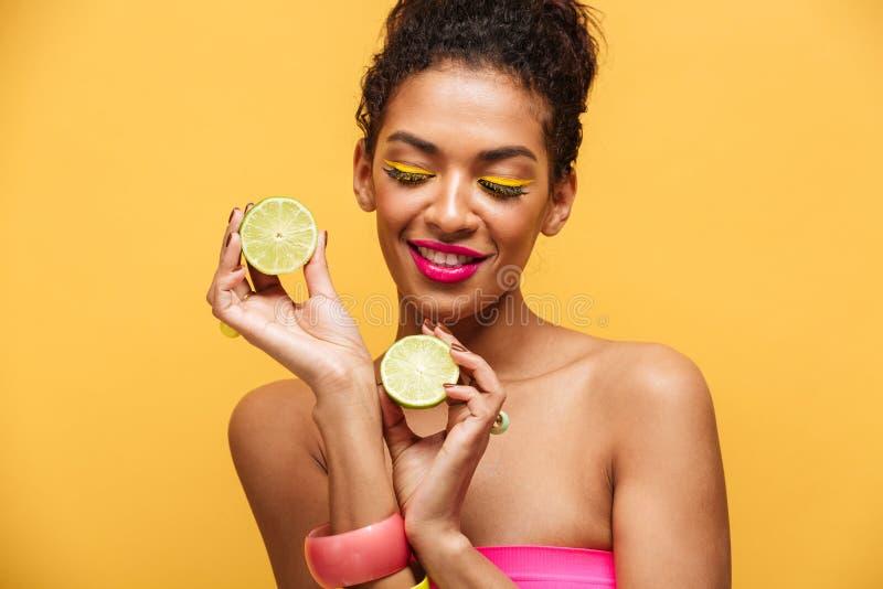喜悦的美国黑人的妇女画象有时髦构成holdi的 免版税库存照片
