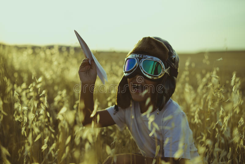 喜悦,使用的男孩是飞机飞行员,有飞行员的加州滑稽的人 库存图片