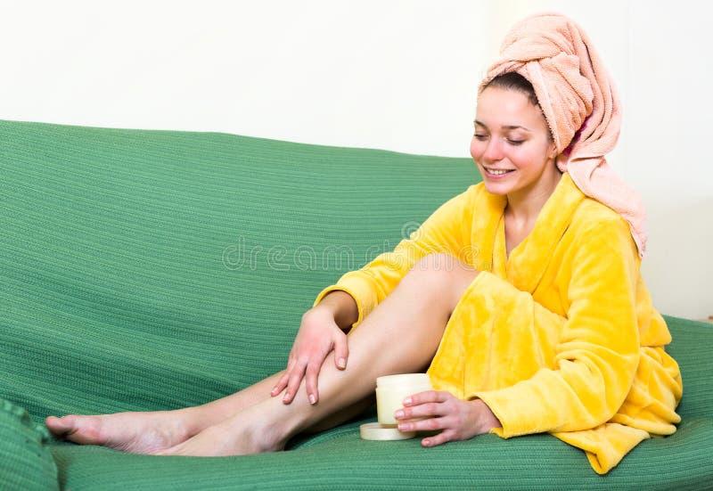 喜欢在腿的皮肤的妇女 免版税图库摄影