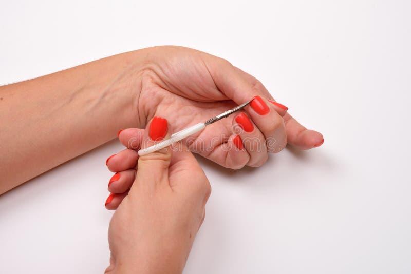喜欢表皮 拿着修指甲的o的手剪刀 图库摄影
