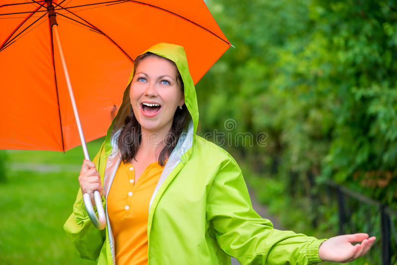 喜欢走在夏天雨下的女孩 库存照片