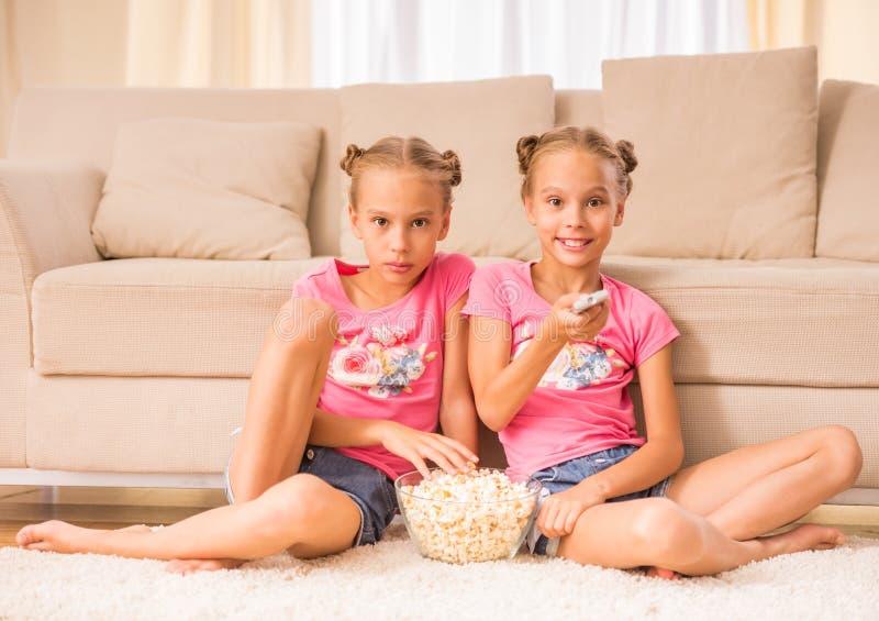 喜爱是两次曝光变了得极度兴奋她一个假装s显示姐妹姐妹孪生 库存照片