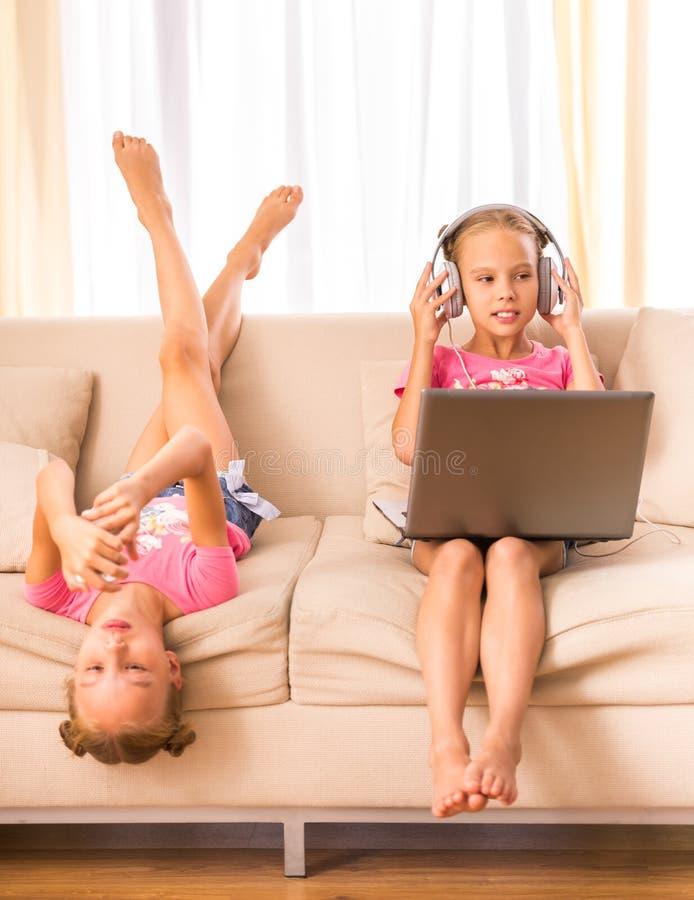 喜爱是两次曝光变了得极度兴奋她一个假装s显示姐妹姐妹孪生 库存图片