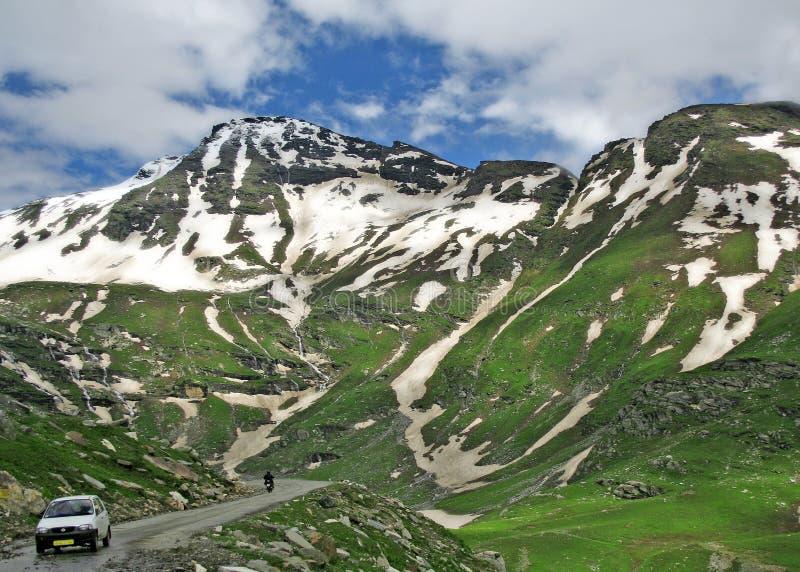 喜马拉雅印度kullu山最近的通过rohtang 免版税库存照片