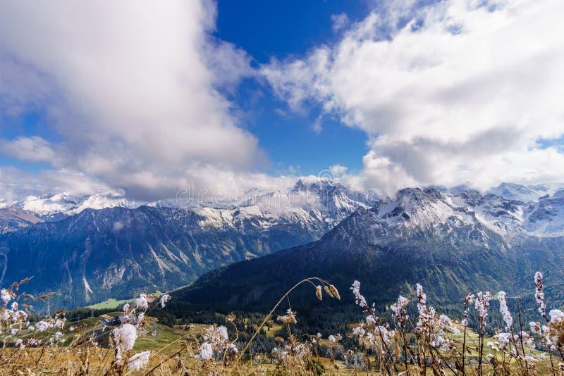 喜马拉雅山冰山鸟瞰图和云彩在早晨在Leh,拉达克,印度点燃 免版税库存图片