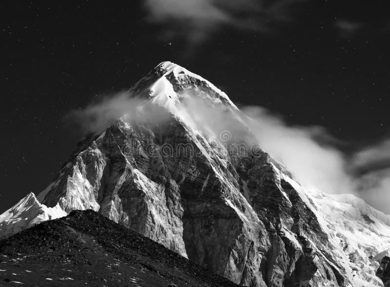 喜马拉雅山在晚上 Mt Pumori 珠穆琅玛地区,尼泊尔 免版税图库摄影