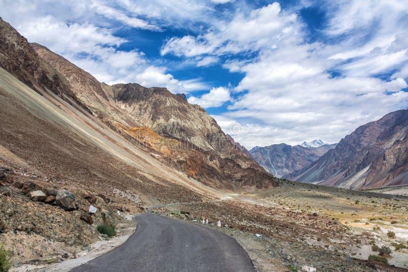 喜马拉雅山山的山路在拉达克,印度 免版税库存照片