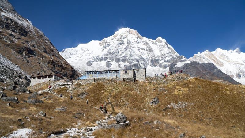 喜马拉雅山山风景在安纳布尔纳峰地区 在喜马拉雅山范围的安纳布尔纳峰峰顶,尼泊尔 安纳布尔纳峰营地艰苦跋涉 多雪 免版税库存图片