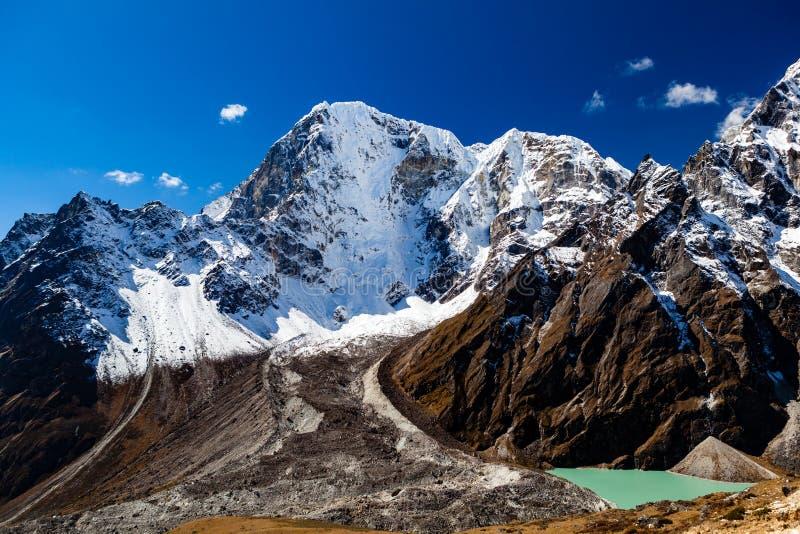 喜马拉雅山激动人心的风景,山峰在尼泊尔 免版税库存照片