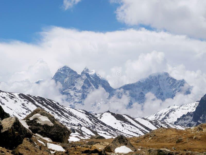 喜马拉雅山的看法在艰苦跋涉的对珠穆琅玛营地 免版税库存图片