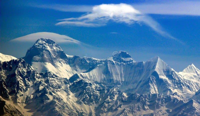 喜马拉雅峰顶全景喜欢Trisul、楠达德维山和Panchchuli从Kasauni, Uttarakhand,印度 免版税库存图片