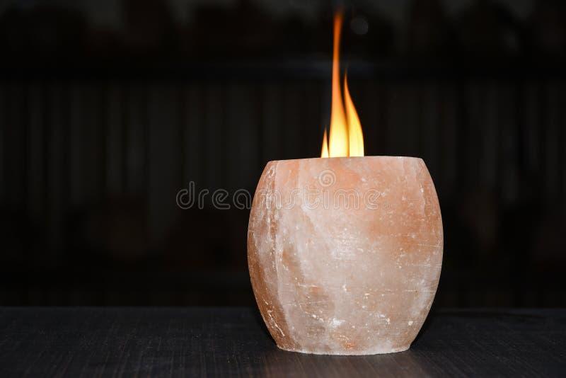 喜马拉雅盐灯蜡烛台 免版税库存照片