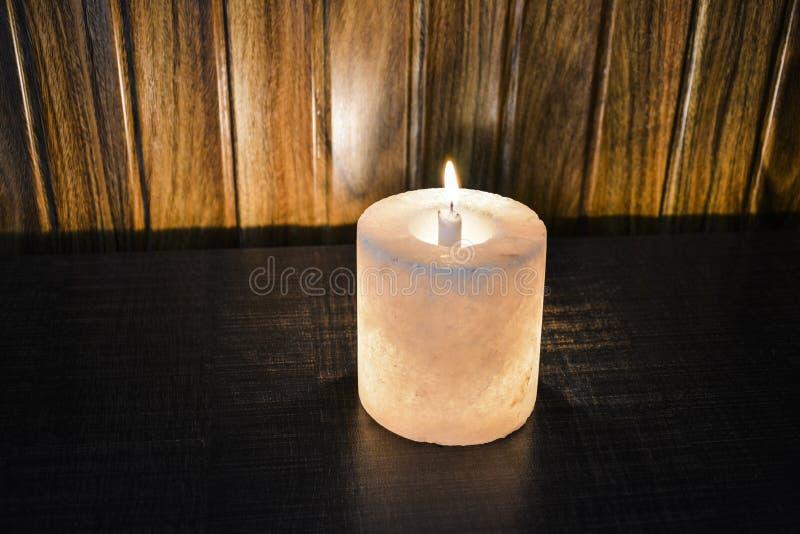喜马拉雅盐灯蜡烛台 库存照片