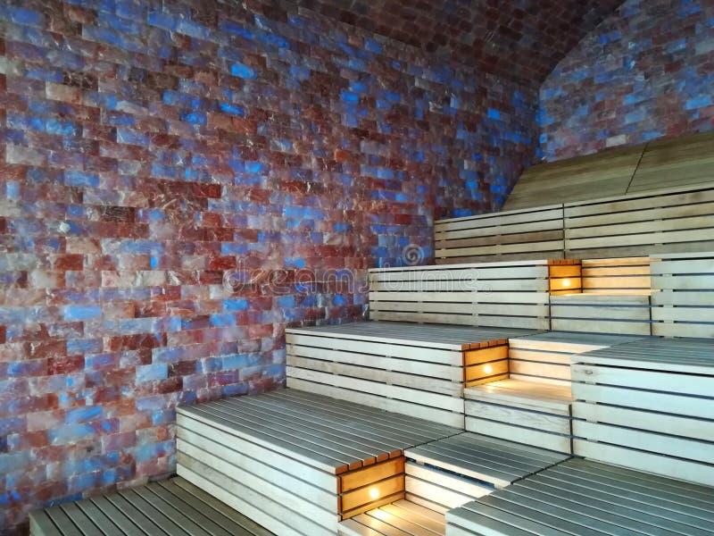 喜马拉雅盐砖墙壁-室内蒸汽浴室 库存图片