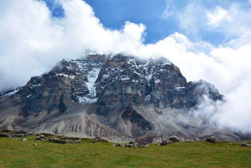 喜马拉雅范围的庄严看法在途中的向干城章嘉峰 免版税库存图片