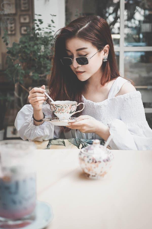 喝一杯茶的妇女 库存照片