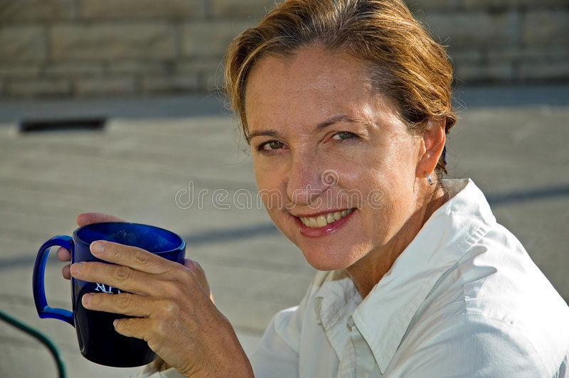 喝中间妇女的年龄咖啡 免版税图库摄影