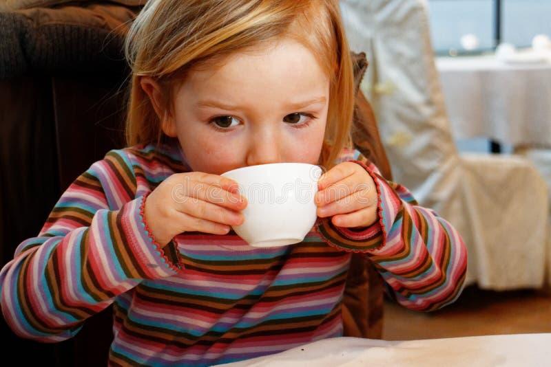 喝从茶杯的女孩 图库摄影