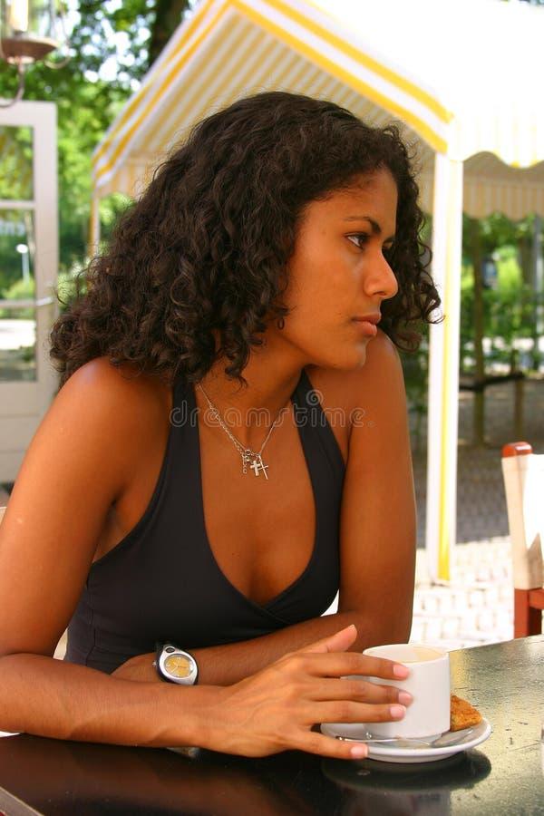 喝俏丽的妇女的巴西咖啡 免版税库存图片