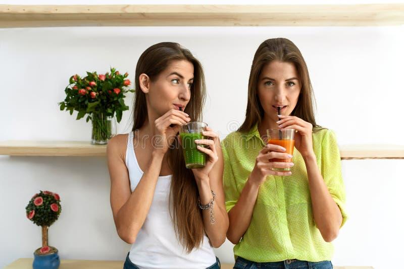 喝健康营养的美丽的妇女新鲜的戒毒所汁液 库存照片