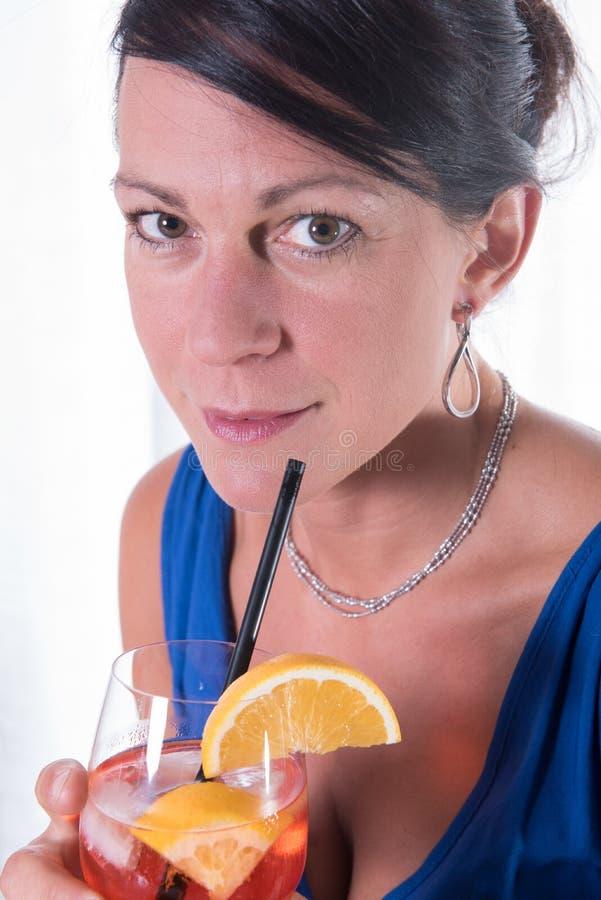 喝可爱的妇女一杯 免版税库存照片