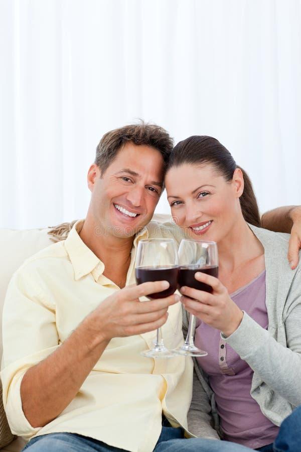 喝可爱的红葡萄酒的夫妇 免版税库存照片