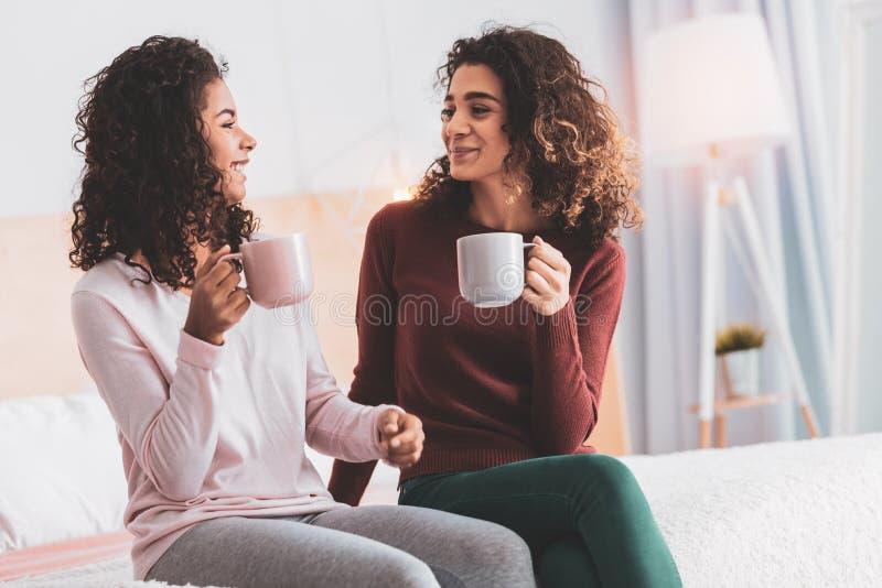 喝咖啡的两个朋友,当有断裂时 库存照片