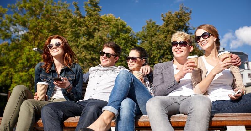喝咖啡的小组学生或少年 免版税库存照片