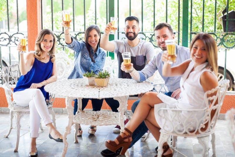 喝啤酒的小组西班牙朋友 免版税库存图片