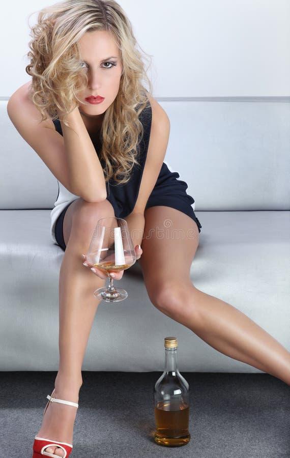 喝在党的美丽的妇女 免版税库存图片