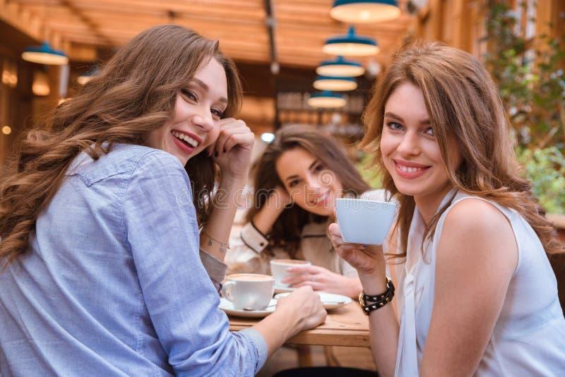 喝在咖啡馆的女朋友咖啡 免版税库存照片