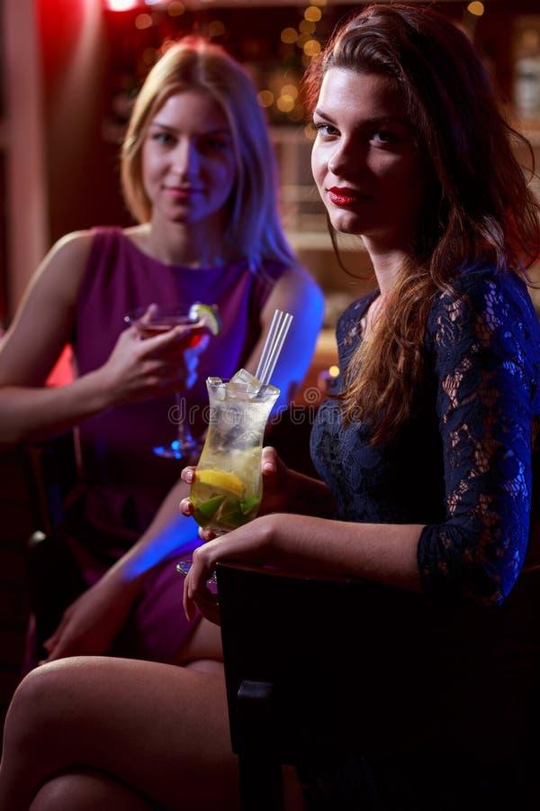 喝在夜总会的女孩 免版税库存照片
