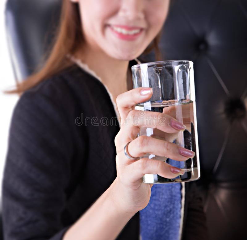 喝在椅子的女商人 免版税库存图片