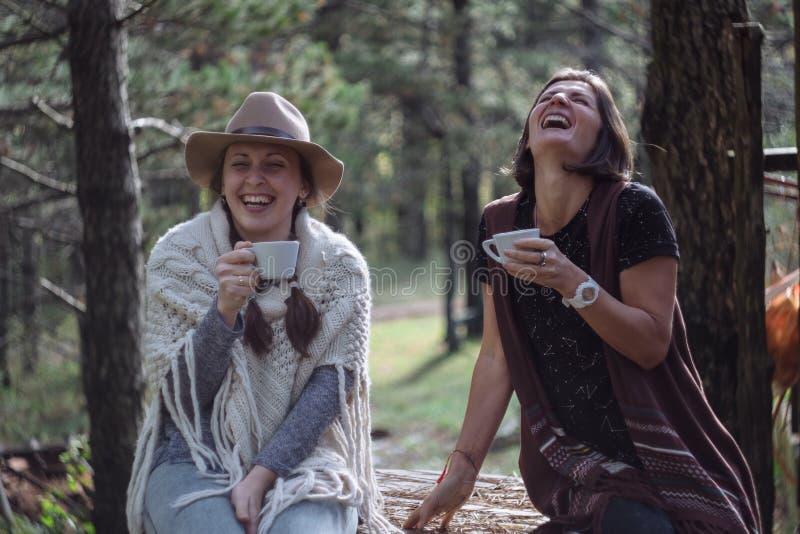 喝在自然的女朋友咖啡在国家 民间样式 库存照片