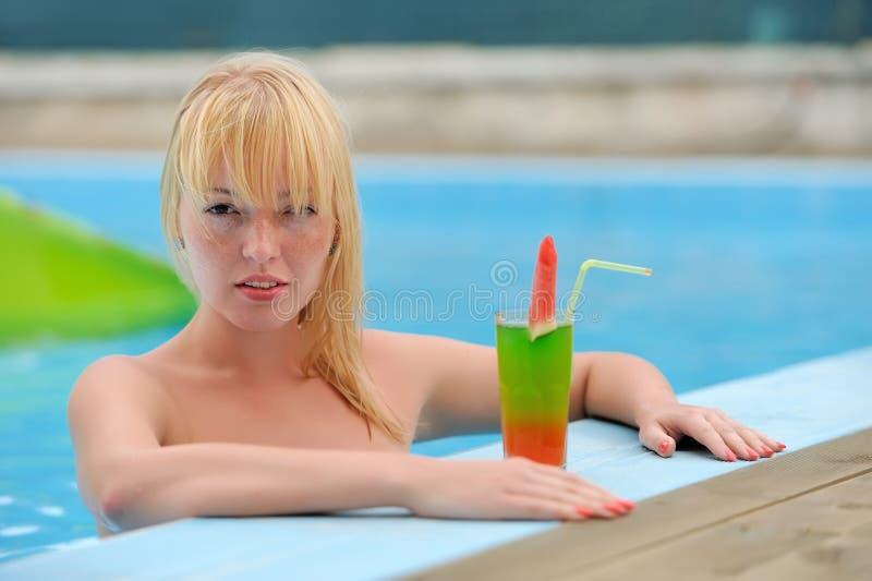 喝在水池的妇女鸡尾酒 库存图片