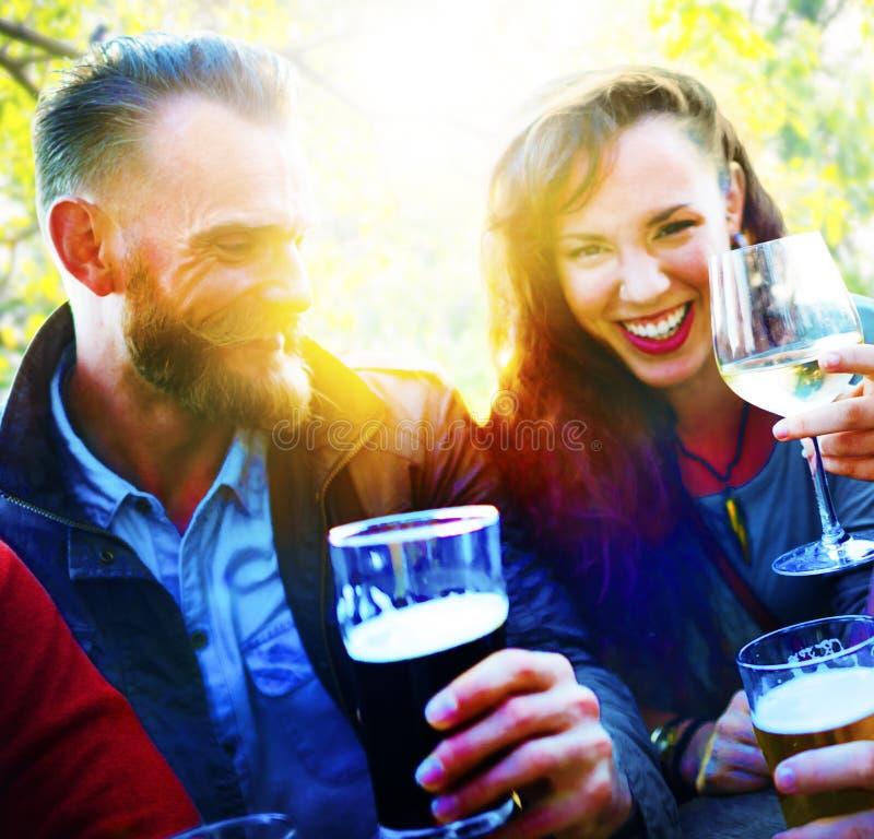 喝夫妇的朋友垂悬户外概念 库存图片