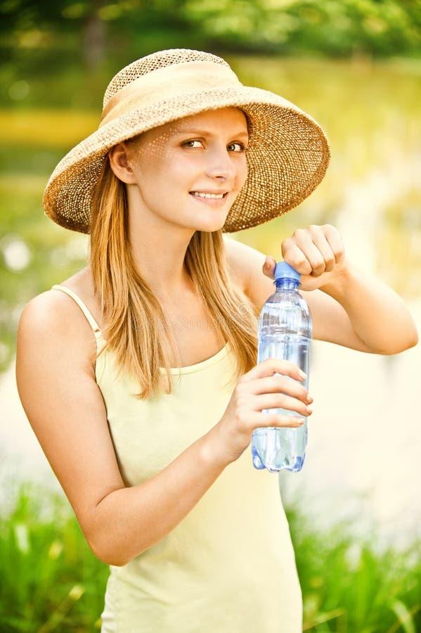Download 喝女孩帽子秸杆水 库存图片. 图片 包括有 蠢材, 偶然, 池塘, 户外, 帽子, 女性, 休闲, 成人 - 15693287