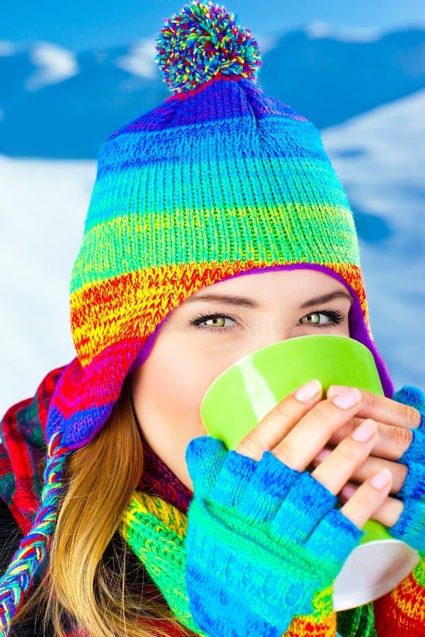 喝女孩热室外的美丽的巧克力 图库摄影