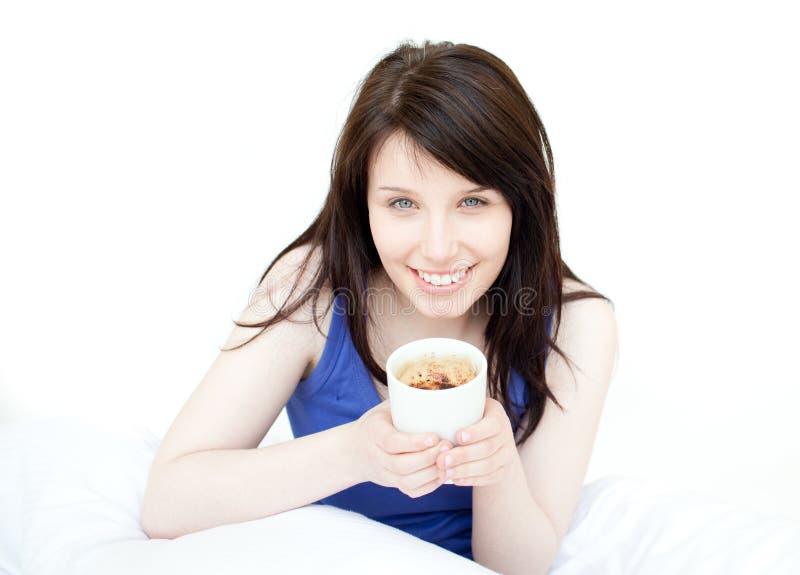 喝她快活的坐的妇女的河床咖啡 免版税图库摄影