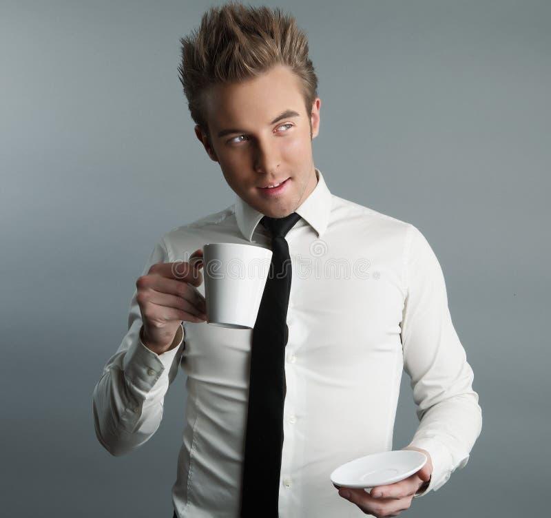 喝强壮男子的年轻人的有吸引力的coffe 免版税库存照片