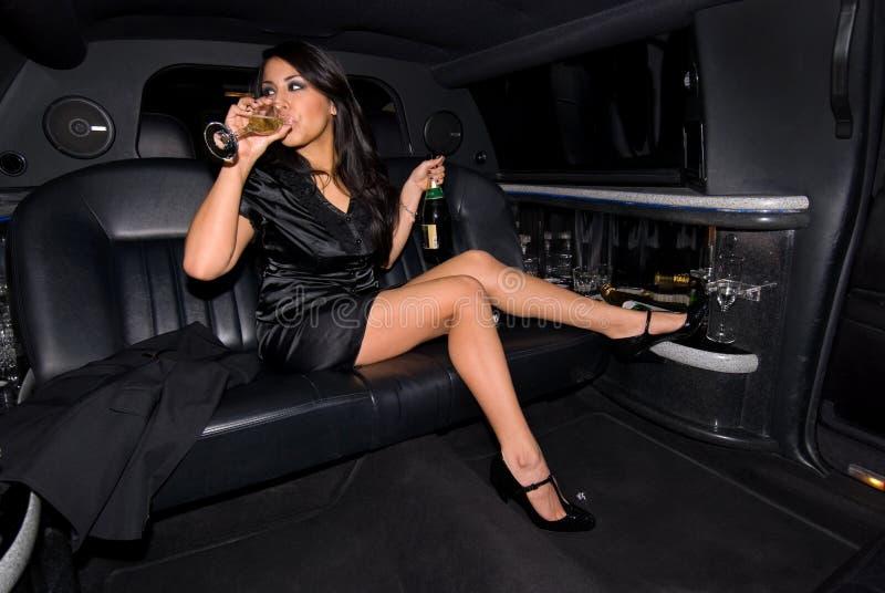 喝性感的妇女的香槟 免版税库存图片