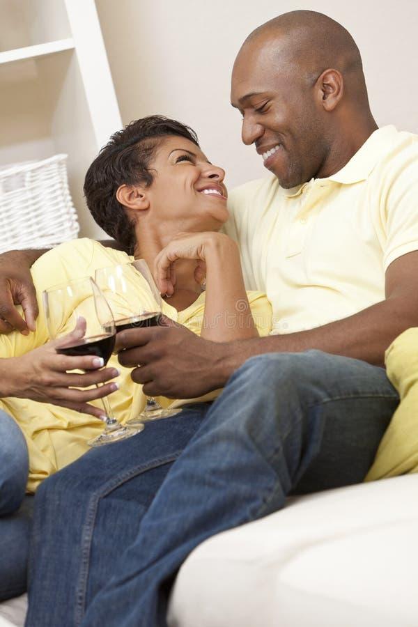 喝愉快的酒的非洲裔美国人的夫妇 免版税库存照片
