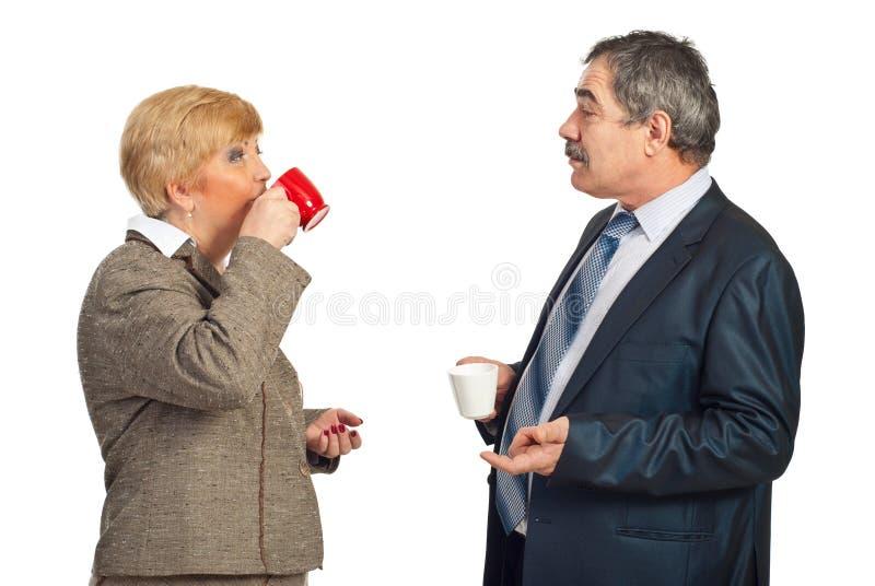 喝成熟人员的企业咖啡 库存照片