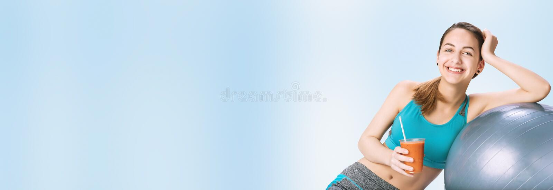 喝新鲜的健康圆滑的人的少妇在锻炼以后 库存照片
