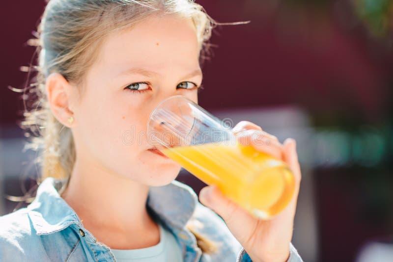 喝新鲜的橙汁过去的十几岁的女孩 健康生活方式、素食和膳食 饮料汁液 医疗保健和秀丽 库存图片