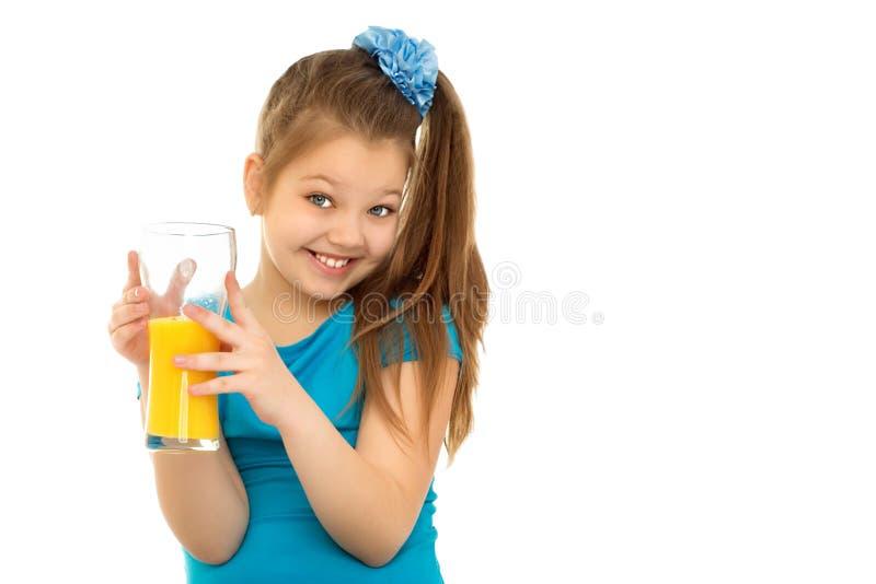 喝果汁的女孩 免版税图库摄影